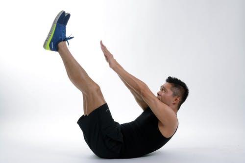 Travail des abdos avec le crunch (flexion de buste)